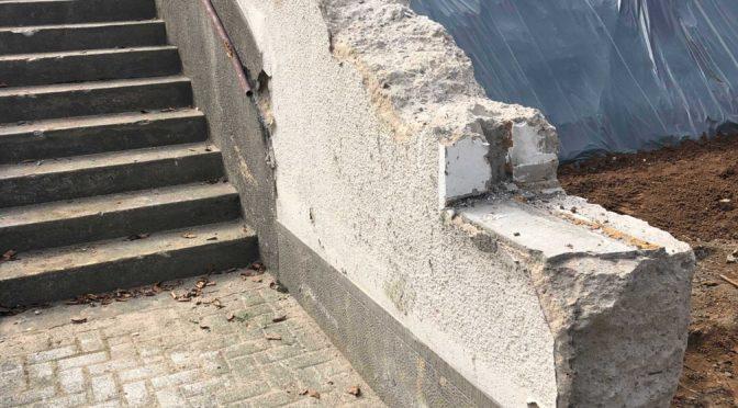 Baugrube mit Stuetzmauer an der alten Treppe