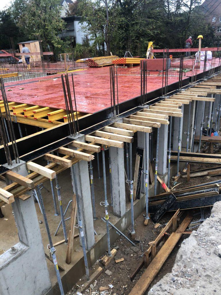 rote Schaltafeln auf der künftigen Untergeschossdecke